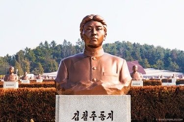 Bronze statues of the graves at Taesongsan Revolutionary Martyrs' Cemetary - Things to see in Pyongyang